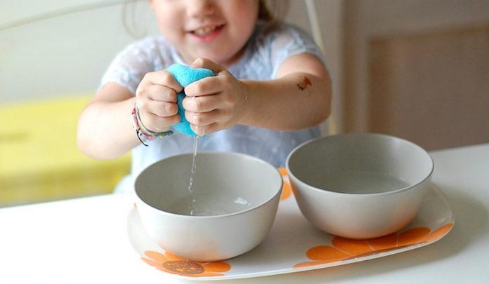 montessorifamily — presser une éponge